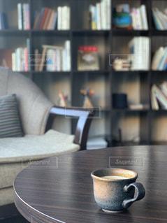 本棚とコーヒーの写真・画像素材[2898856]