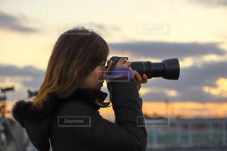カメラを構える女性の写真・画像素材[3379803]