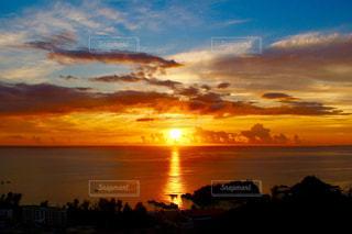 日没時の空の雲の群れの写真・画像素材[3397954]