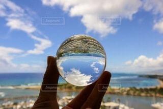 海,空,ビーチ,青,水面,手持ち,人物,ヨット,ガラス玉,ポートレート,ライフスタイル,水晶玉,ヨットハーバー,手元,スカイ