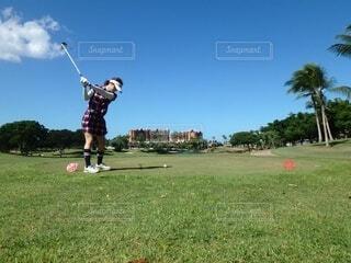ゴルフをする女性の写真・画像素材[3806185]