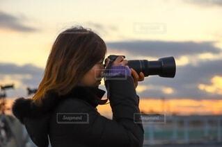 カメラを構える女性の写真・画像素材[3961482]