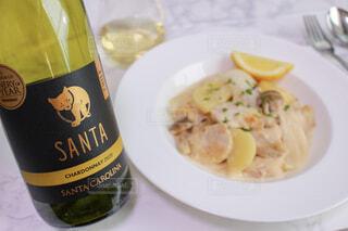 食べ物の皿とテーブルの上のワインのボトルの写真・画像素材[4311887]