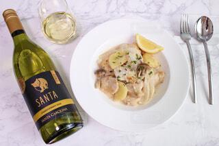 食べ物の皿とテーブルの上のワインのボトルの写真・画像素材[4311882]