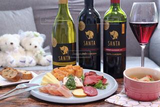 食べ物の皿とテーブルの上のワインのボトルの写真・画像素材[4316217]