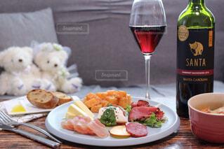 食べ物の皿とワインのボトルのクローズアップの写真・画像素材[4316215]