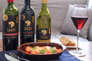 テーブルの上にワイン1本とビール1杯の写真・画像素材[4316221]