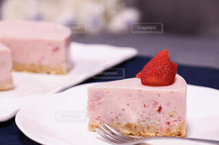 皿の上のケーキの写真・画像素材[4331613]