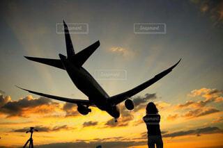 飛行機と女性の写真・画像素材[4626415]