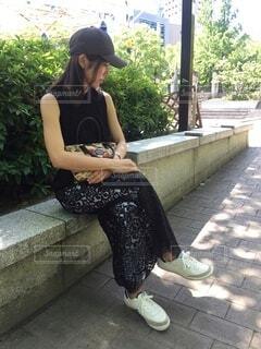 携帯電話で話しているベンチに座っている女性の写真・画像素材[4681297]