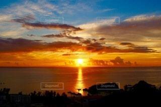 日没時の空の雲の群れの写真・画像素材[4815600]
