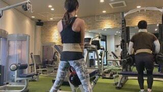 風景,スポーツ,屋内,人物,人,夫婦,天井,運動,ショートパンツ,ジム,ダイエット,プライベート,筋トレ,体力,ズボン,ワークアウト,運動器具,筋力トレーニング,プライベートジム