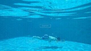 男性,プール,青,水面,泳ぐ,人物,水中,人,水泳,泳ぎ,水中カメラ,スイミング プール