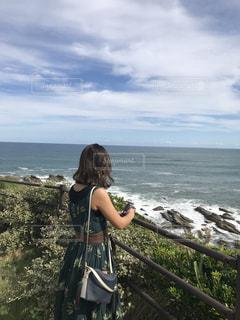 水の体の前に立っている女性の写真・画像素材[2137636]