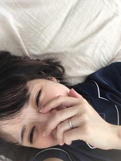 女性,笑顔,朝,寝起き,加工なし,すっぴん,ノーメイク,肌,アラサー
