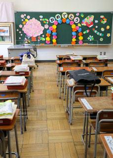 小学校の入学式の黒板に紙の飾りの写真・画像素材[2129587]