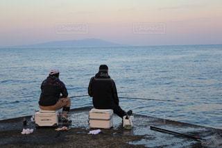 男性,海,夕日,後ろ姿,夕焼け,水面,人物,背中,人,後姿,釣り,二人,趣味,太平洋,魚釣り,夢中,熱心,魚を捕る,釣りする,夜遅くまで