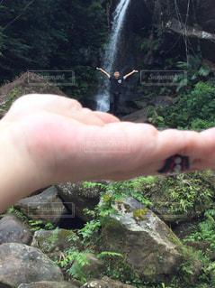 岩の壁を持っている手の写真・画像素材[2085170]