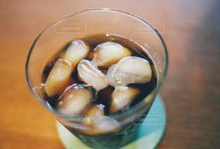 テーブルの上のアイスコーヒーの写真・画像素材[2454693]