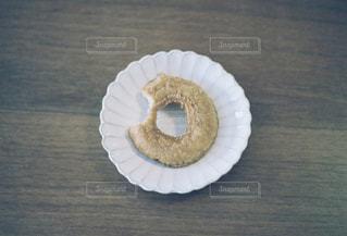 食べかけのドーナツの写真・画像素材[2454734]