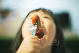 手を口に持った女性の写真・画像素材[2515147]