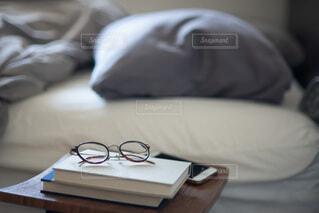 ベッドに横たわる猫の写真・画像素材[3737202]
