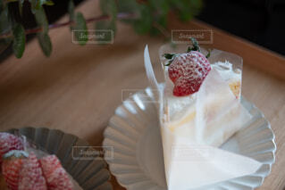 紙皿の上に座っているケーキの写真・画像素材[4294422]