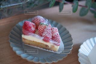 紙皿の上に座っているケーキの写真・画像素材[4294425]