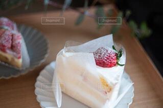 紙皿の上に座っているケーキの写真・画像素材[4294426]