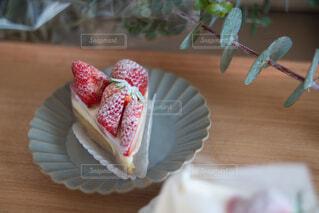 木製のテーブルの上に座っているケーキの写真・画像素材[4294420]