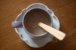 コーヒーを一杯の上の木製テーブルの上にスプーンの写真・画像素材[4294419]