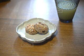 木製のテーブルの上に座っているコーヒーを一杯の写真・画像素材[4294421]