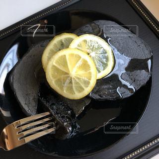 真っ黒パンケーキの写真・画像素材[2045055]