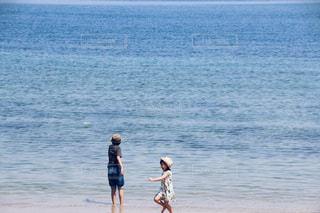 浜辺に立っている人の写真・画像素材[2089587]