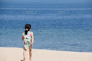 砂浜の上に立っている人の写真・画像素材[2089611]