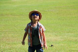 野原でフリスビーで遊んでいる少女の写真・画像素材[2116109]