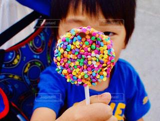 ドーナツを食べる小さな女の子の写真・画像素材[2125664]