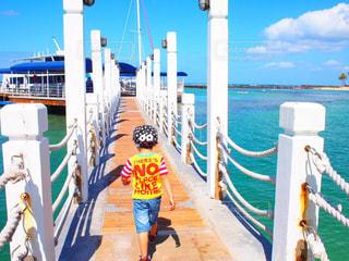 海,夏,橋,カラフル,綺麗,後ろ姿,帽子,船,海岸,後姿,旅行,ハワイ,Hawaii,男の子,4歳,パステルカラー,Tシャツ
