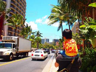 街の通りでトラックの後ろに乗っている人の写真・画像素材[2131335]