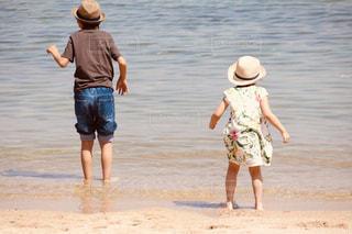 風景,海,後ろ姿,子供,女の子,浜辺,後姿,思い出,兄妹,夏服,5歳,半袖,男の子10歳