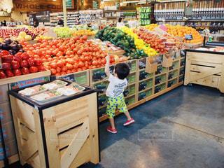 海外,後ろ姿,子供,フルーツ,野菜,後姿,旅行,Hawaii,男の子,4歳,パステルカラー,夏服