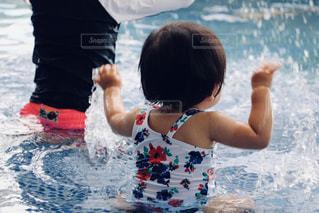 水の体内の小さな子供の写真・画像素材[2132198]