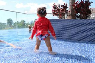 風景,海外,プール,後ろ姿,水,水着,女の子,後姿,旅行,可愛い,ハワイ,Hawaii,水遊び,思い出,2歳