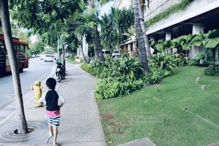 通りを歩いている人の写真・画像素材[2132209]