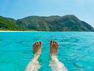 海に浮かびながら休日を堪能中の写真・画像素材[2082716]