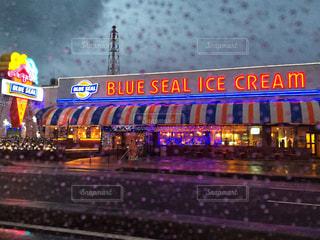 雨,水滴,暗い,ネオン,沖縄,旅行,アイスクリーム,梅雨,ブルーシール,天気,雨の日,雨季,窓から,レイン