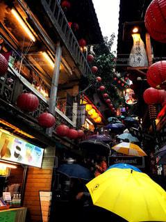 雨,傘,海外,階段,赤,カラフル,観光地,提灯,人,旅行,台湾,梅雨,大勢,天気,レインコート,観光客,雨の日,雨季,レイン