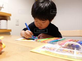 子ども,アート,テーブル,ペン,赤ちゃん,デスク,少年,手書き,紙,おえかき,おうち時間