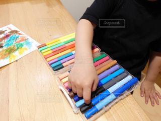 緑,赤,白,カラフル,綺麗,青,黒,黄色,ペン,紙,おえかき,カラーペン,おうち時間