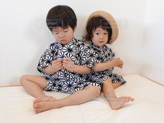 子ども,夏,屋内,帽子,日常,洋服,人,赤ちゃん,生活,少年,ライフスタイル,収納,衣替え,整理整頓